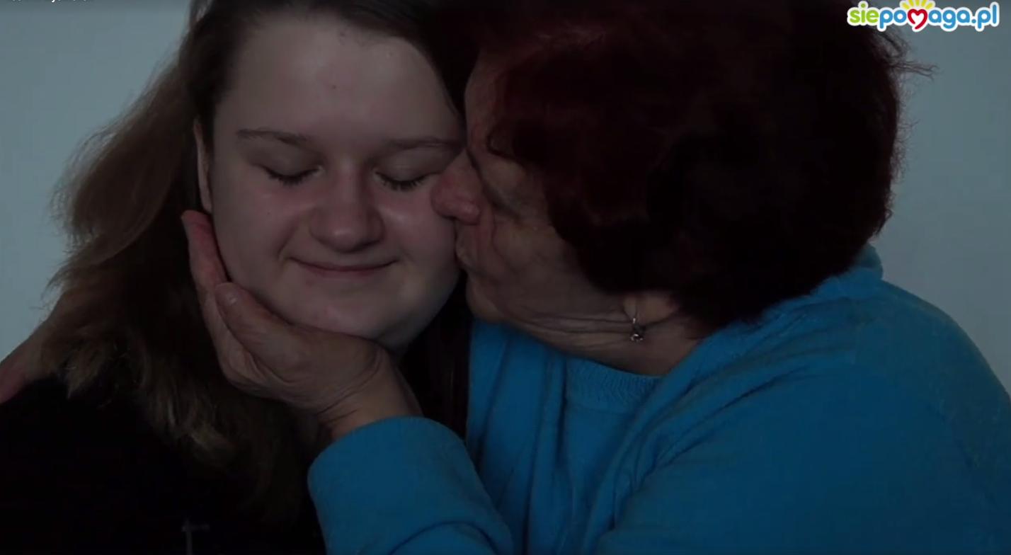Babcia zbiera pieniądze na operację wnuczki