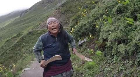 Brytyjska turystka nie zapłaciła w Nepalu za herbatę. To był błąd... [WIDEO]