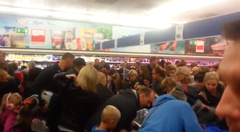Tłumy w całej Polsce demolują sklepy Lidl. Trwa walka o... kurtki [WIDEO]