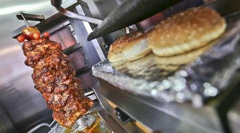 Surowe mięso w przesyłce kurierskiej. Paczkę odebrał pracownik baru z kebabem