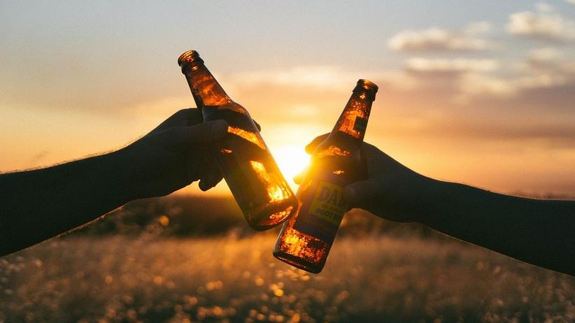 Zmiany w prawie. Chcą karać aresztem za picie piwa na dworze