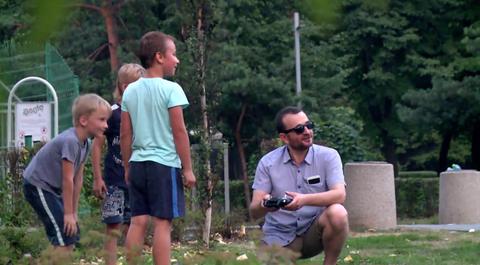 """Policyjny eksperyment z udziałem dzieci. """"Fałszywy pedofil"""" zachęcał do zabawy dronem"""