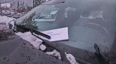 """Zaparkował auto na pasach. Dostał...list i 10 zł. """"Widzę, że jesteś taki biedny"""""""
