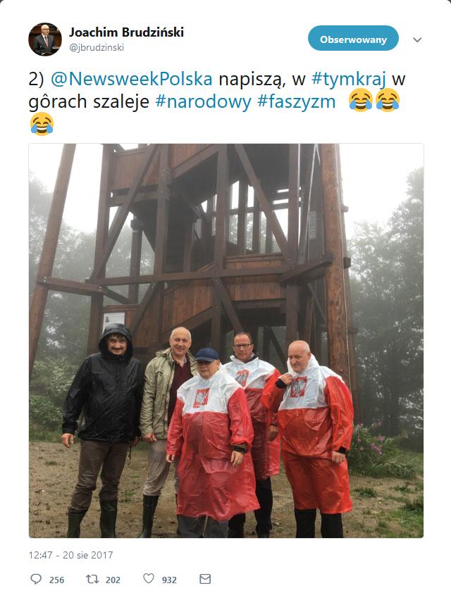 Kaczyński w pelerynie