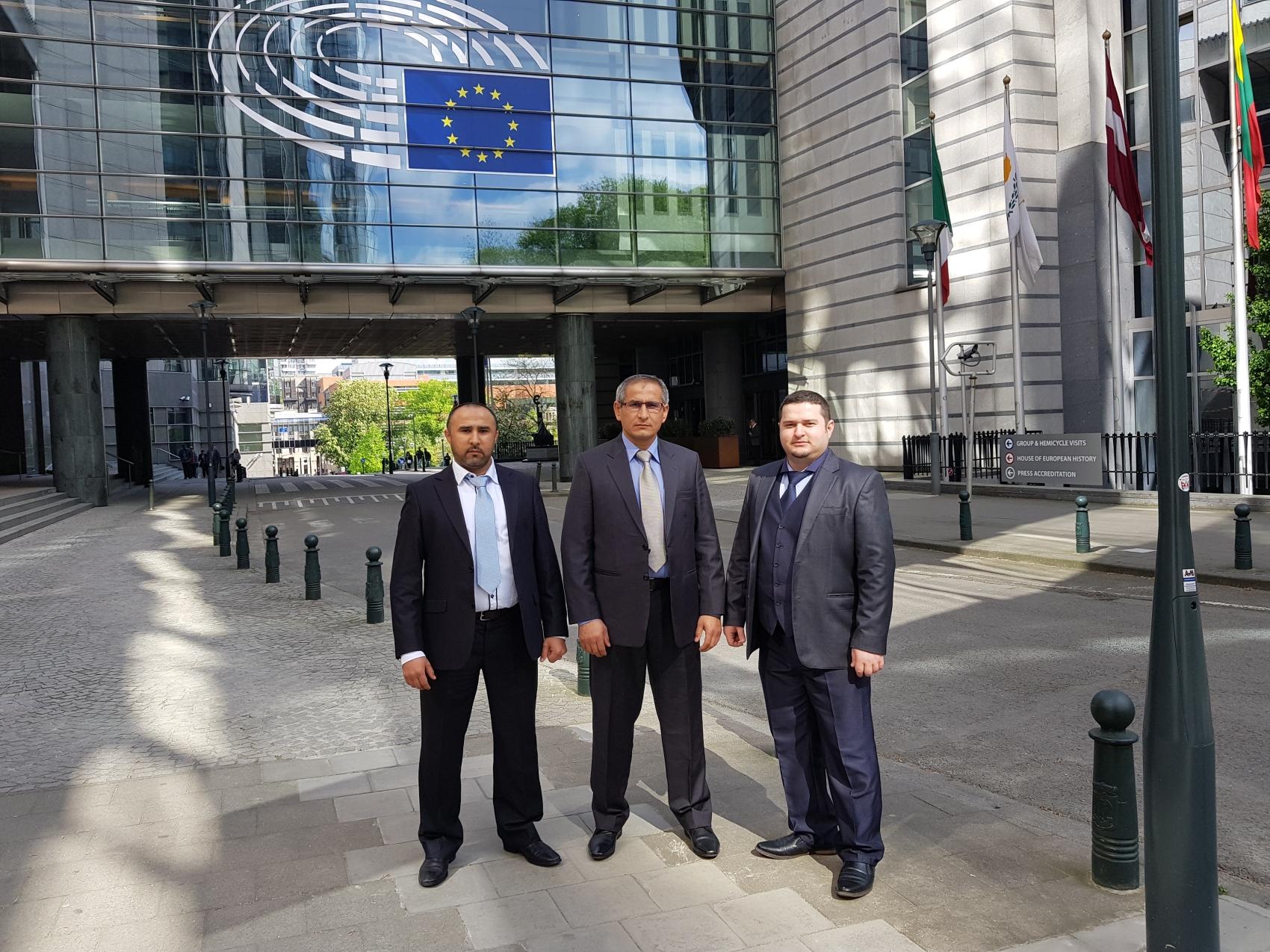 Saidali Aszurow z bratem przed budynkiem PE w Brukseli. Tadżykistan