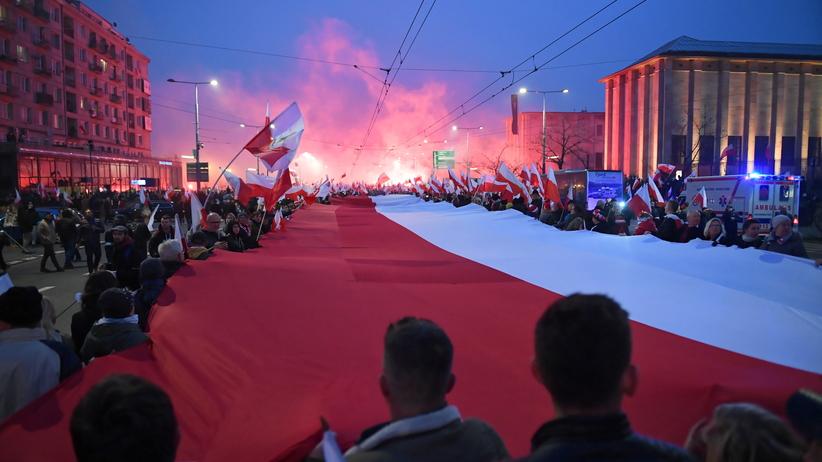Biało-czerwony marsz przeszedł przez Warszawę. Spalono flagę UE. Policja: Było spokojnie