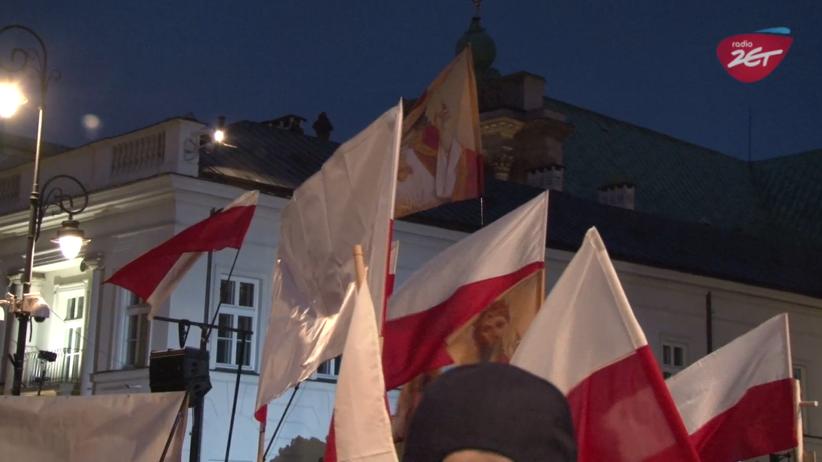 Weszliśmy w tłum podczas kontrmanifestacji smoleńskiej. ''Będziesz siedział'' podczas wystąpienia Kaczyńskiego [WIDEO]