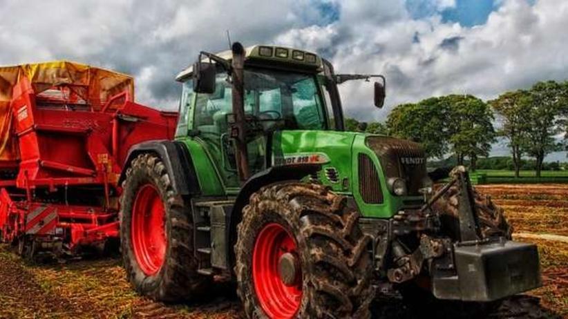 Asesor bezprawnie zajął traktor rolnika spod Mławy. Prokuratura skierowała akt oskarżenia
