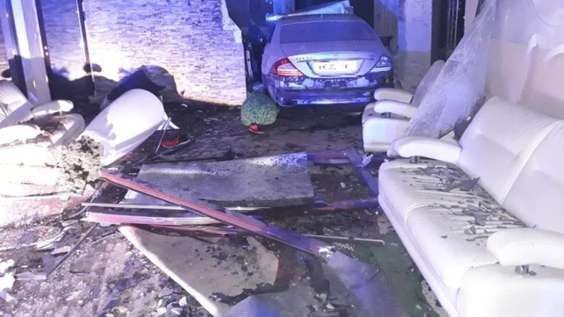 Pijany 22-latek stracił panowanie nad pojazdem. Zatrzymał się w sali bankietowej [ZDJĘCIA]