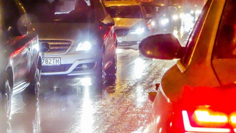 Oblodzone jezdnie i chodniki. IMGW ostrzega