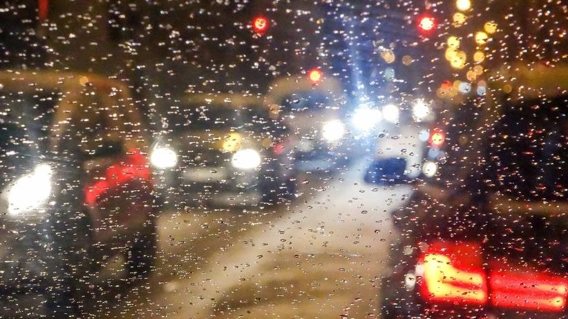 Alert dla 7 województw! Bardzo ślisko w nocy na drogach, będą też opady
