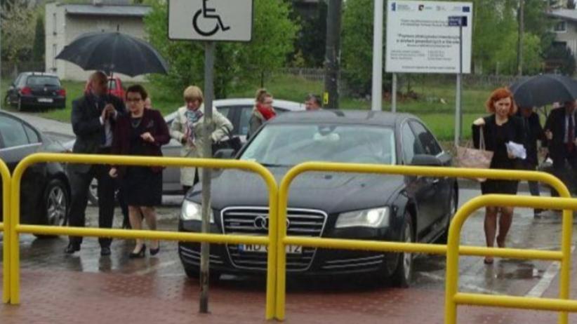 Limuzyna Anny Zalewskiej zaparkowała ''na kopercie''. Szefowa MEN przeprasza