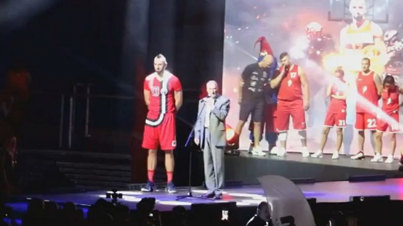 Antoni Macierewicz wygwizdany na meczu z udziałem Marcina Gortata [WIDEO]