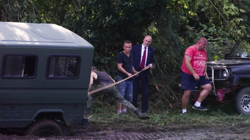 Antoni Macierewicz zakopał się w błocie. Pomogli mu mieszkańcy pobliskiej wsi