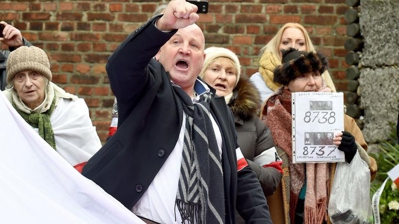 Antysemickie hasła pod bramą obozu Auschwitz? Policja analizuje materiały z wystąpienia Piotra Rybaka