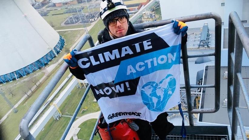Protest Greenpeace. Aktywiści wspięli się na 180-metrowy komin elektrowni w Bełchatowie