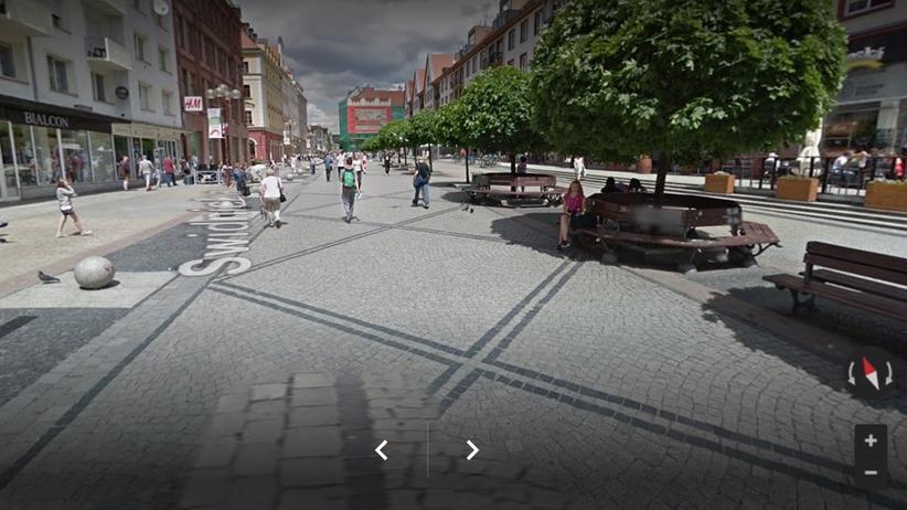 Bezdomny 30-latek na wózku zmarł w centrum Wrocławia. Obok ludzie siedzieli przy piwie
