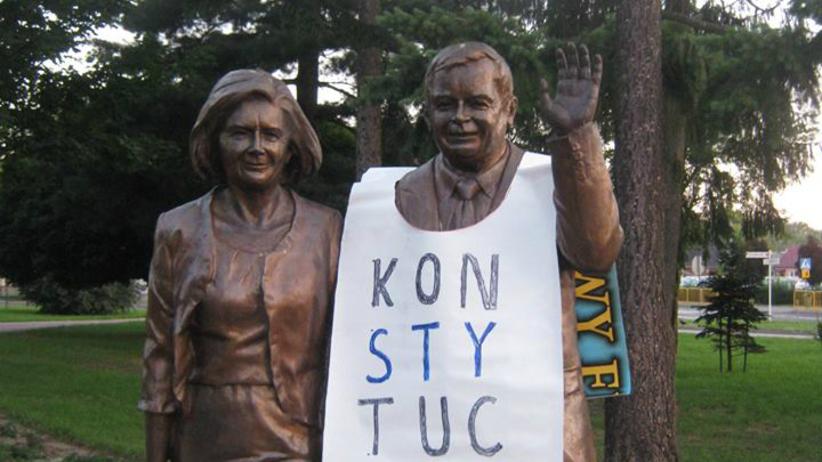 Biała Podlaska. Na pomniku Lecha Kaczyńskiego zawieszono baner