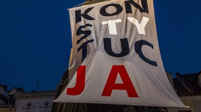 """Prokuratura: koszulki z napisem """"Konstytucja"""" nie znieważyły pomników"""