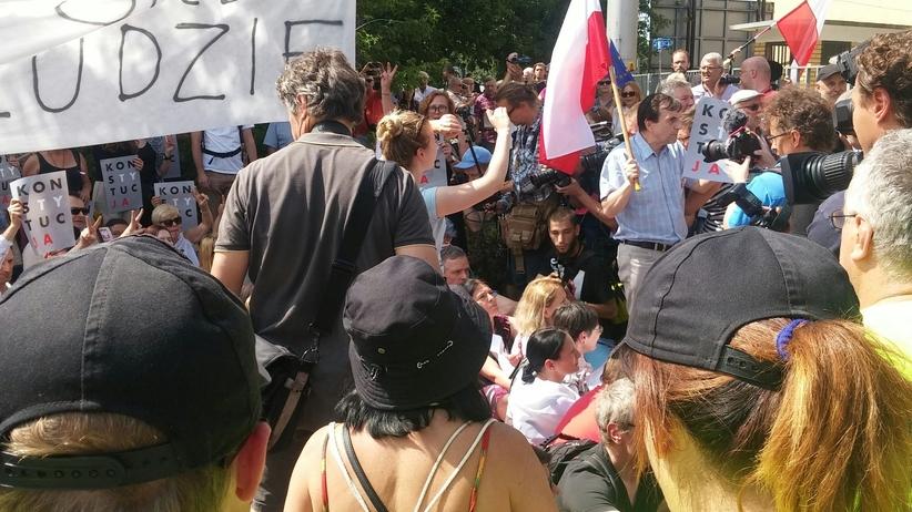 Demonstracja pod siedzibą PiS. Policja rozpędza zgromadzonych