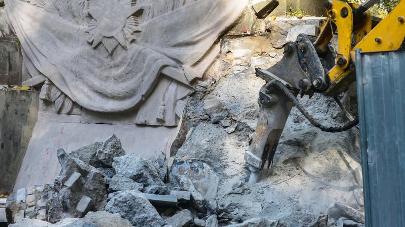 Pomnik Wdzięczności Armii Radzieckiej usuwany z warszawskiego parku [WIDEO]