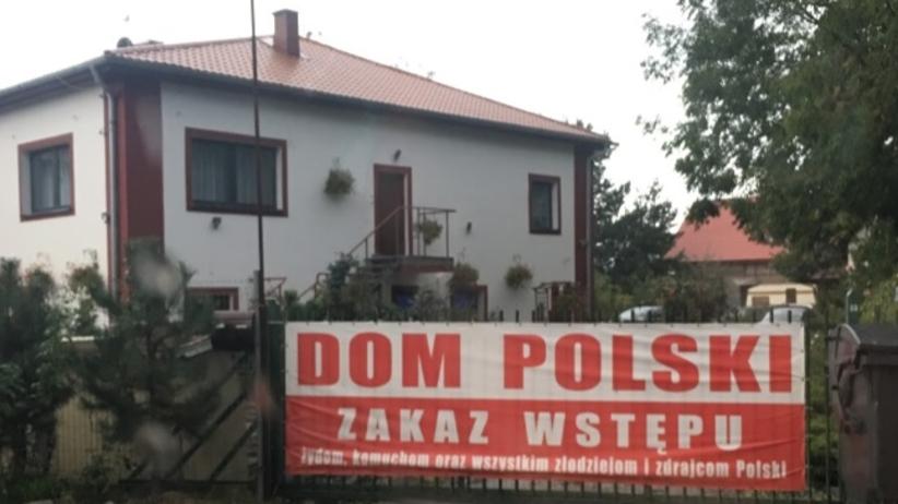"""""""Zakaz wstępu Żydom i zdrajcom Polski"""". Szokujący baner przed hostelem [FOTO]"""