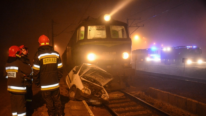 Rozpędzony pociąg zmiażdżył osobówkę. Tajemnicze okoliczności wypadku na przejeździe