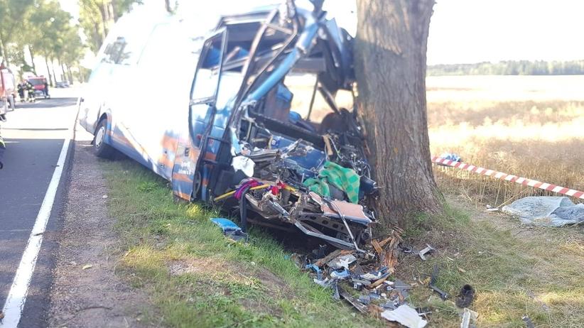 Autobus zderzył się z ciągnikiem. Jedna osoba nie żyje [ZDJĘCIA]