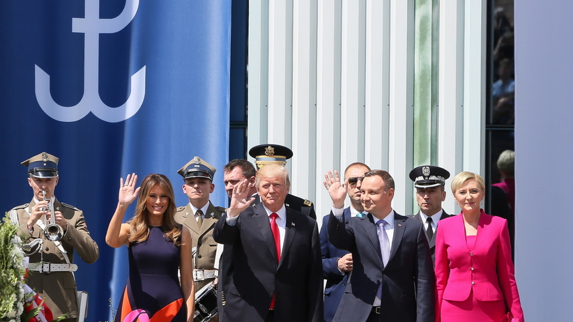 Trump wyciąga rękę, by się przywitać. Reakcja naszej Pierwszej Damy - bezcenna [WIDEO]
