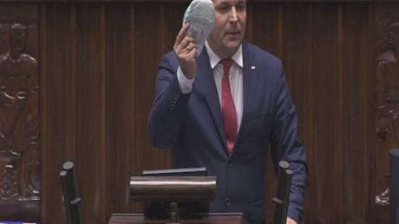 Emocje w Sejmie. Poseł PiS wyjął pieluchę podczas dyskusji o sądach