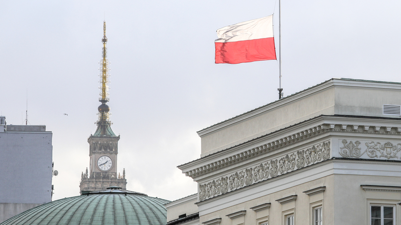 Flagi Polski opuszczone do połowy masztu. W całym kraju i przed europarlamentem