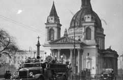 Na jakim placu wykonano to zdjęcie. Pod jakim wezwaniem był widoczny w tle kościół?