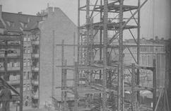 Pod niebo pnie się metalowa konstrukcja wieżowca. Co to za budynek i w jakim mieście powstała fotografia?
