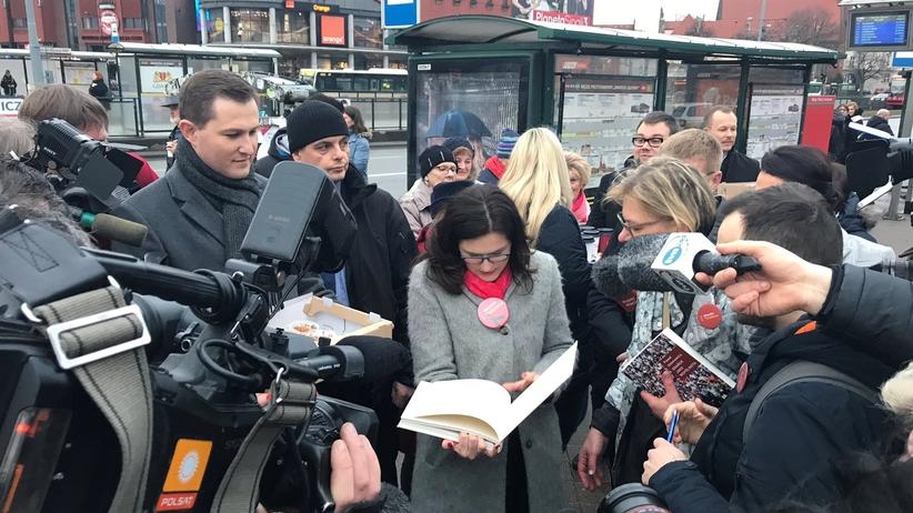 Gdańsk czeka na wyniki wyborów. Aleksandra Dulkiewicz od rana rozdaje mieszkańcom kawę i pączki