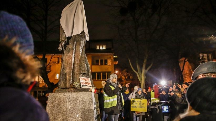Mieszkańcy żądają usunięcia pomnika ks. Jankowskiego. Manifestacja w Gdańsku