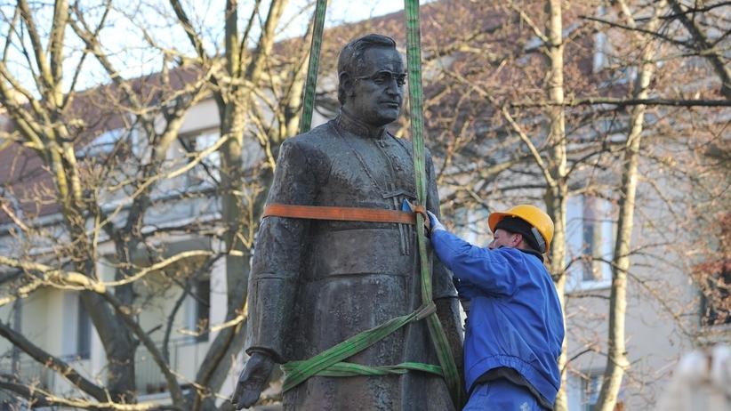 Pomnika ks. Jankowskiego znika z Gdańska. Rozpoczął się demontaż