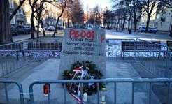 """Cokół pomnika ks. Jankowskiego oblany farbą. Na nim napisy """"pedofil"""", """"zło"""" [FOTO]"""