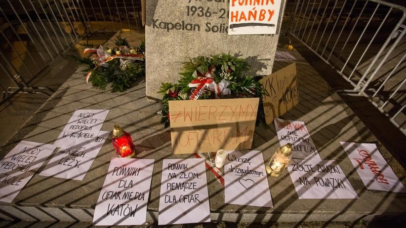 """""""Przewróciło się, niech leży"""". Protest pod cokołem pomnika ks. Jankowskiego [ZDJĘCIA]"""