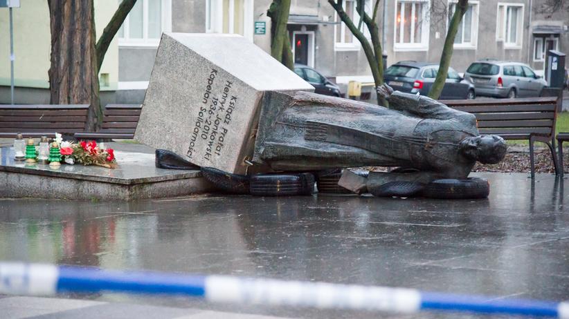 Za zniszczenie pomnika ks. Jankowskiego grozi im więzienie. Sprawcy już z zarzutami