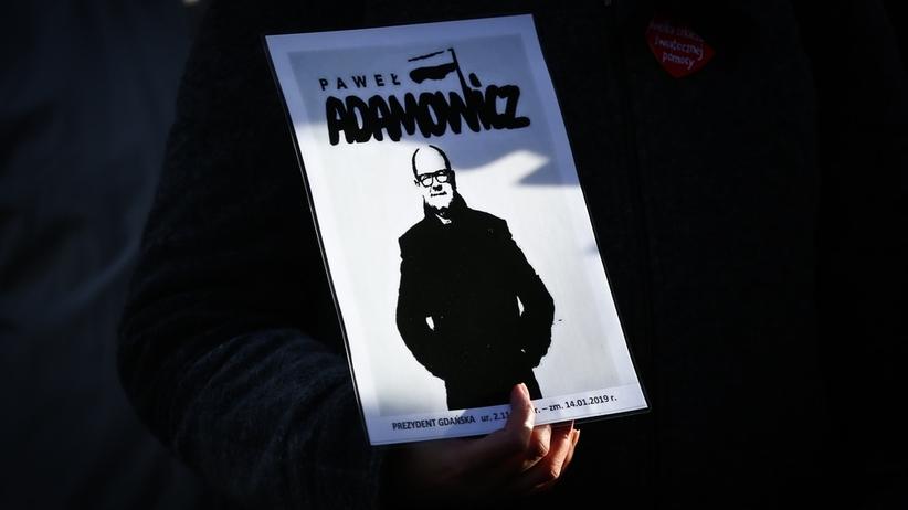 Zabójca Pawła Adamowicza pokrzywdzony? Dwaj policjanci zawieszeni