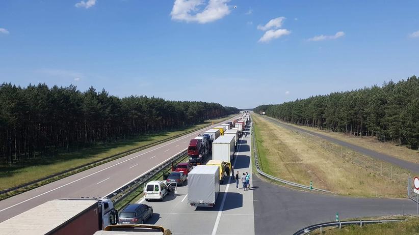 Gigantyczny korek na autostradzie A2. Policja ewakuuje podróżnych z dziećmi
