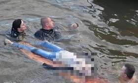 Policjanci wskoczyli do rzeki, żeby uratować tonącą