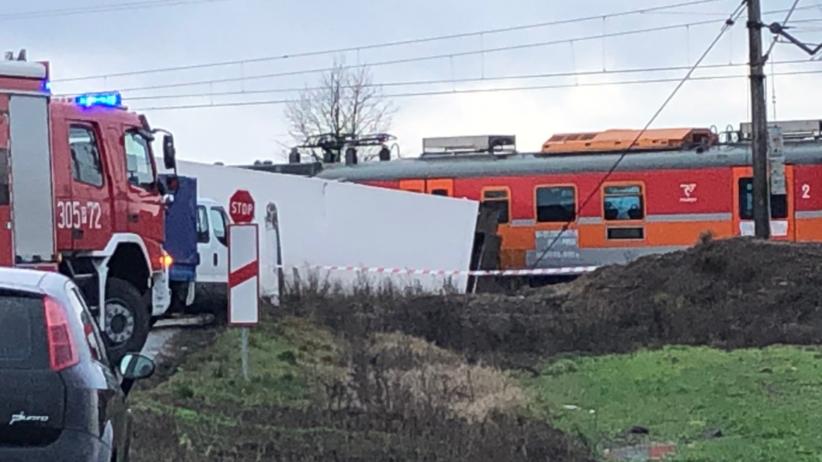 Samochód ciężarowy wjechał pod pociąg. Występują utrudnienia [FOTO]
