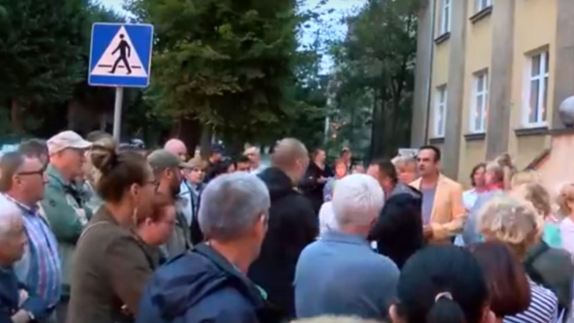Radny rozsmarował pizzę na twarzy mężczyzny na proteście w Gryfinie [WIDEO]