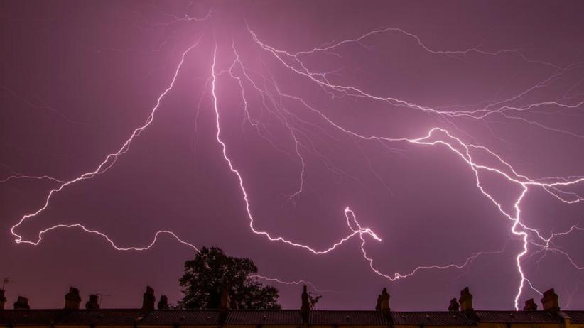 IMGW ostrzega: gwałtowne burze w całym kraju, silny wiatr i miejscami grad