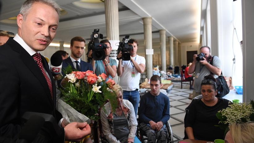 """Jacek Żalek z kwiatami u protestujących. Przeprasza za słowa o """"żywych tarczach"""""""