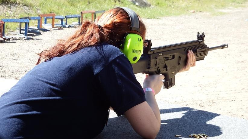 Jak uzyskać zezwolenie na broń w Polsce? [WIDEO]