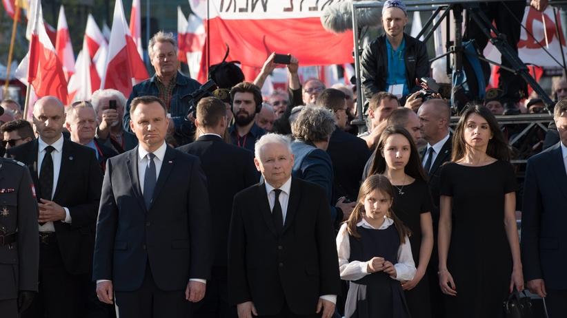 Znamienny gest Kaczyńskiego, który doskonale obrazuje jego pozycję w państwie [WIDEO]