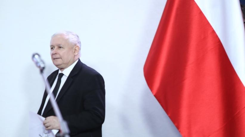 Jarosław Kaczyński porusza się o kulach. Pogarsza się stan zdrowia prezesa? [FOTO]