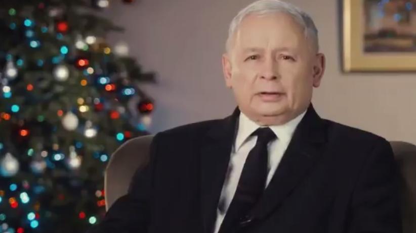 Jarosław Kaczyński złożył życzenia Polakom. Internauci zwrócili uwagę na napis na bombce [WIDEO]
